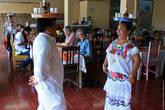 В ресторане развлекают традиционными танцами.