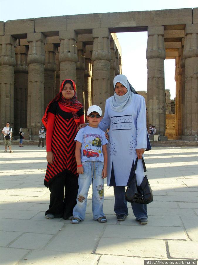 Девушки на экскурсии со школой позволили внуку с ними сфотографироваться.