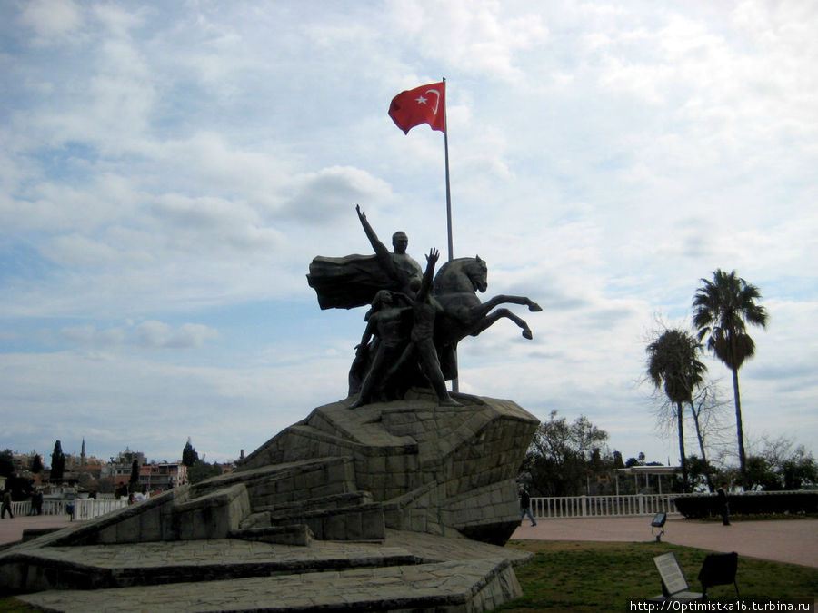 Памятник Ататюрку на площади Республики в центре Анталии