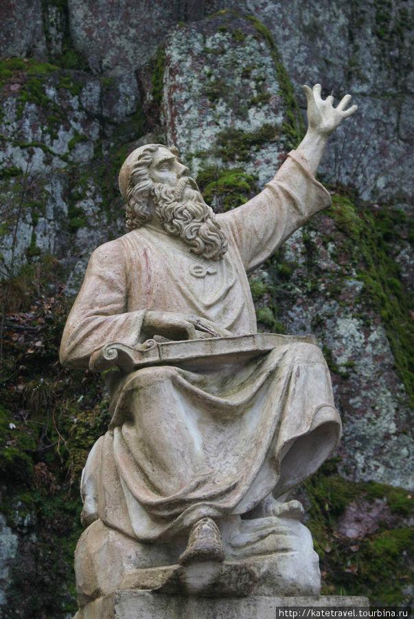 Вяйнемёйнен с гуслями «кантеле» (современная копия скульптора И.Тканена – оригинал был разрушен вандалами)