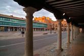 Альмагро — благодаря щедрым банкирам, братьям Футгер (XVI в.) из соседнего Альмадена. Основная достопримечательность — окруженная колоннами площадь с типичными зелеными балкончиками на соседних домах 