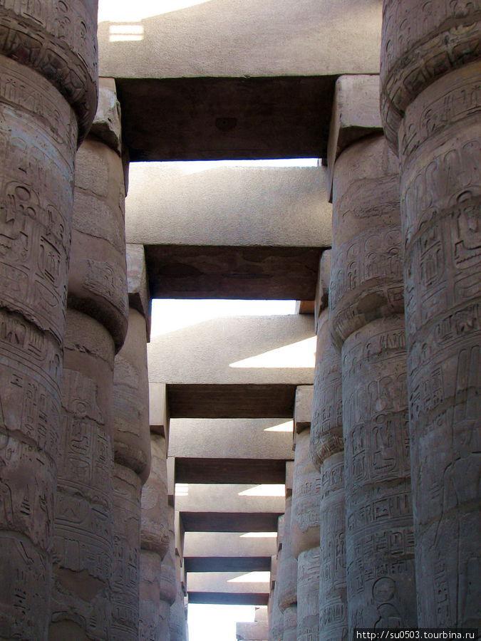 Красивые колонны в Карнак