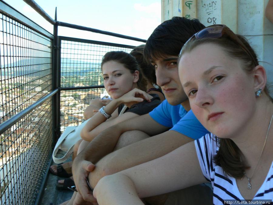Вот примерно так народ сидит на выступах и любуется панорамой Флоренции.