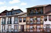 Красивые балкончики с балясинами- отличительная черта зданий в центре, как и и обилие цветов, как и сушащееся белье, ну очень колоритно!