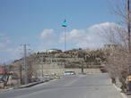 Нахичевань поначалу напоминает какое-то среднеазиатское село. Но с большим флагом