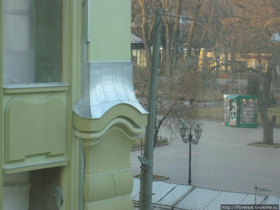 Боковой вид из окна — на Дерибасовскую улицу и уголок Городского сада