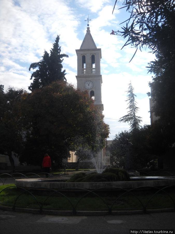 Вид на церковь из парка