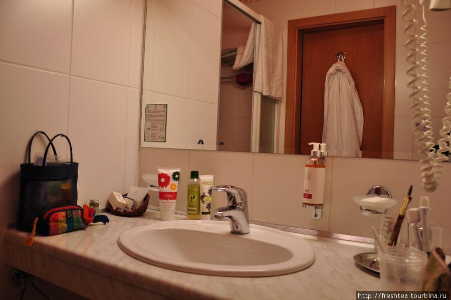 Ванная с душевой кабинкой в стандартном номере.