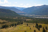 Вдалеке долина реки Ак-Алахи, за горами плато Укок