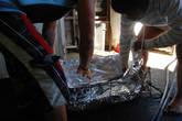 В специальный железный ящик, видимо, специально сделанный для подобный случаев, кладут фольгу.