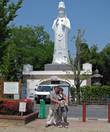 У комплекса два входа. На одном из входов находится Большая белая статуя Будды. Это память о погибших во второй мировой войне.