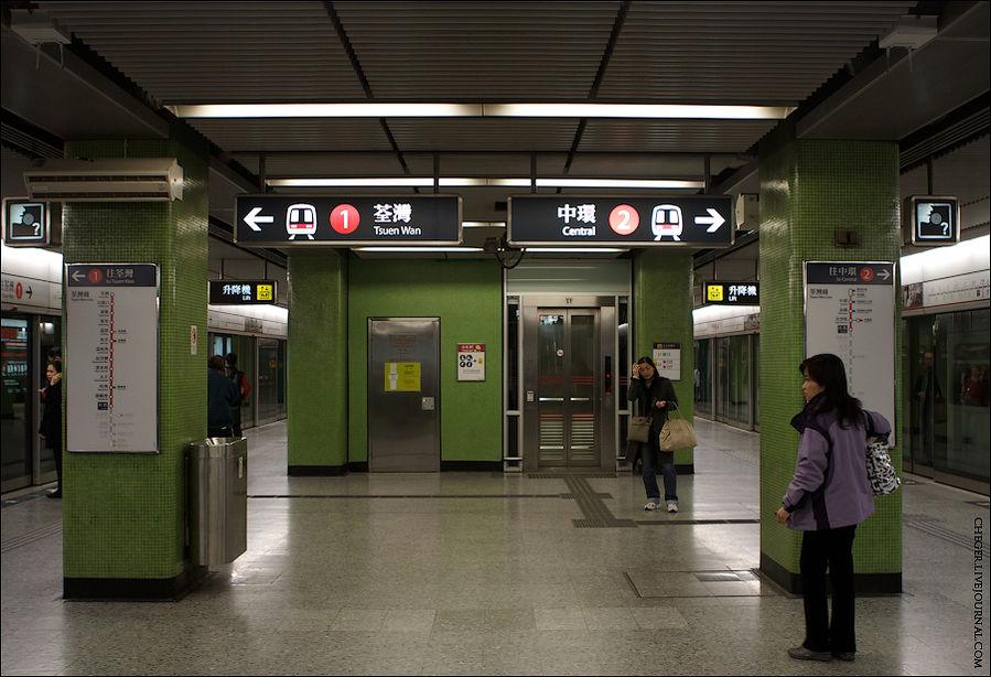 На каждой станции обозначено направление (крайние станции) и висят карты веток в обе стороны