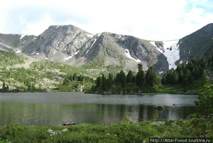Каракольские озера — удивительно красивое место, сочетающее горы, воду, кедровую тайгу и снег круглый год.