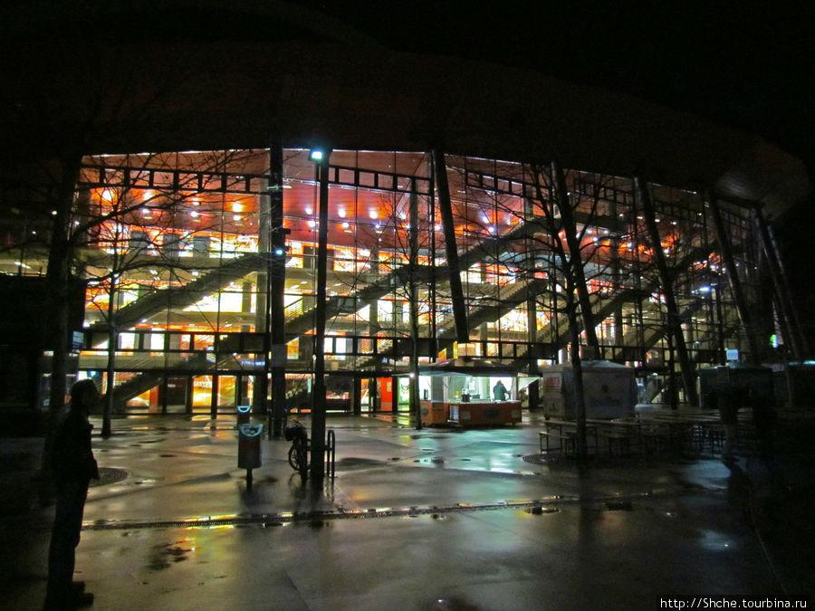 З яруса арены в прозрачном сооружении