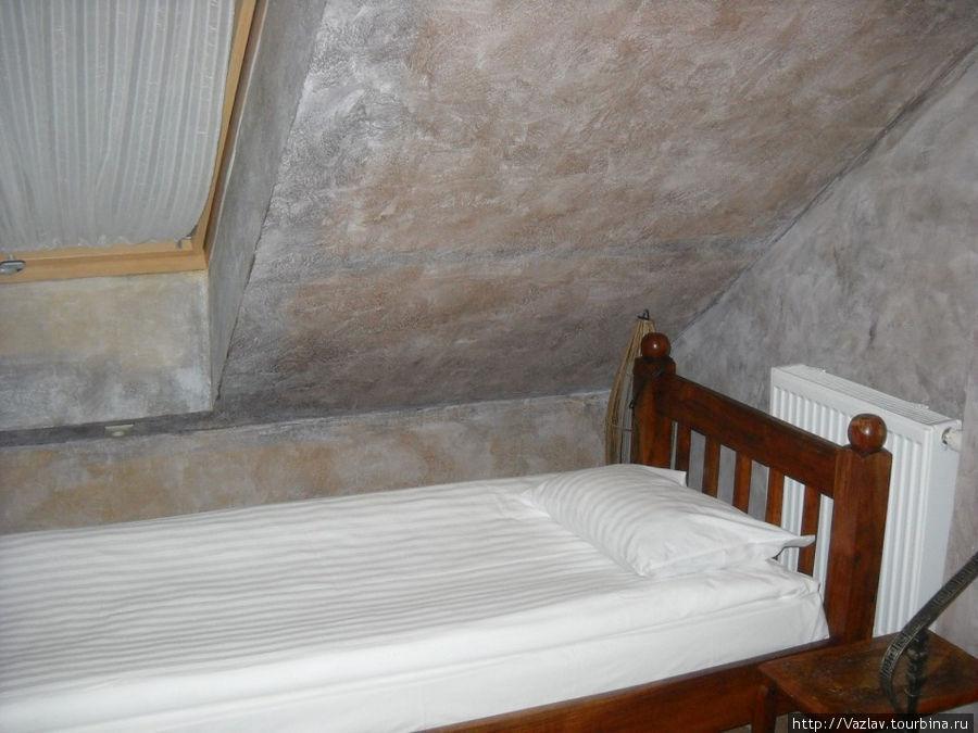 Кровать и скат крыши