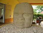 Колоссальная голова воина Ольмека в шлеме. Высотой 1,8 м