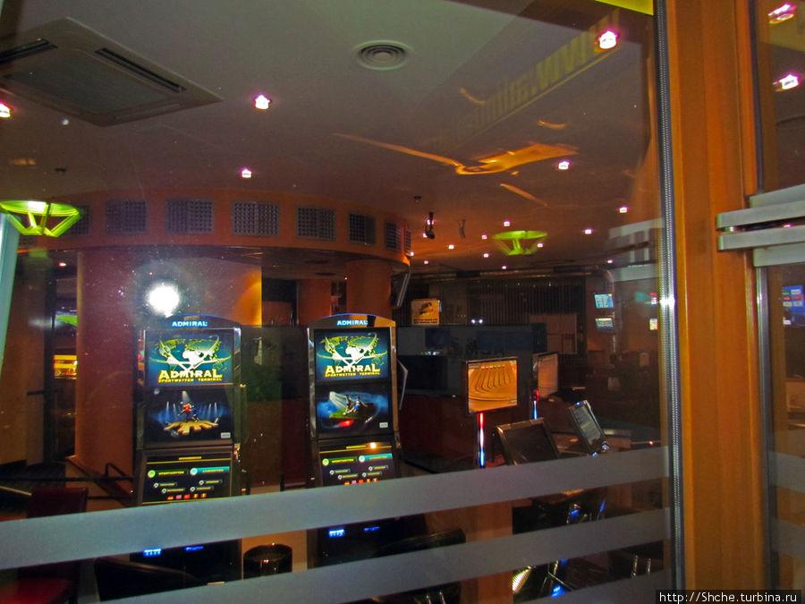 рядом есть зал с игровыми автоматами
