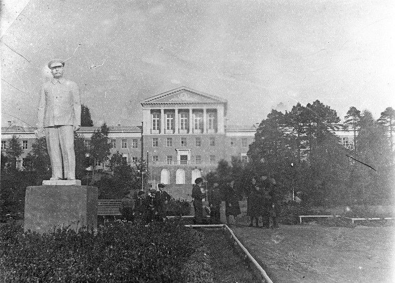 Памятник Сталину перед школой. Фото из интернета. Сейчас перед школой стоит памятник В.И.Ленину, а в 50-х годах прошлого века здесь стоял памятник Сталину.