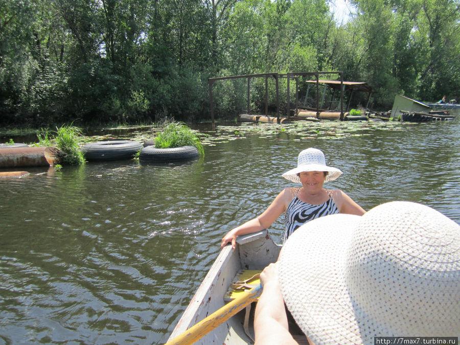 Катались на вёсельной лодке по заливу.