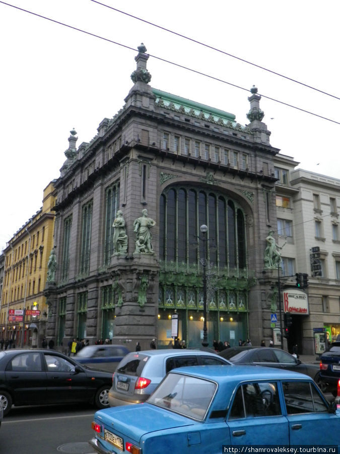 Великолепное здание Елисеевского магазина