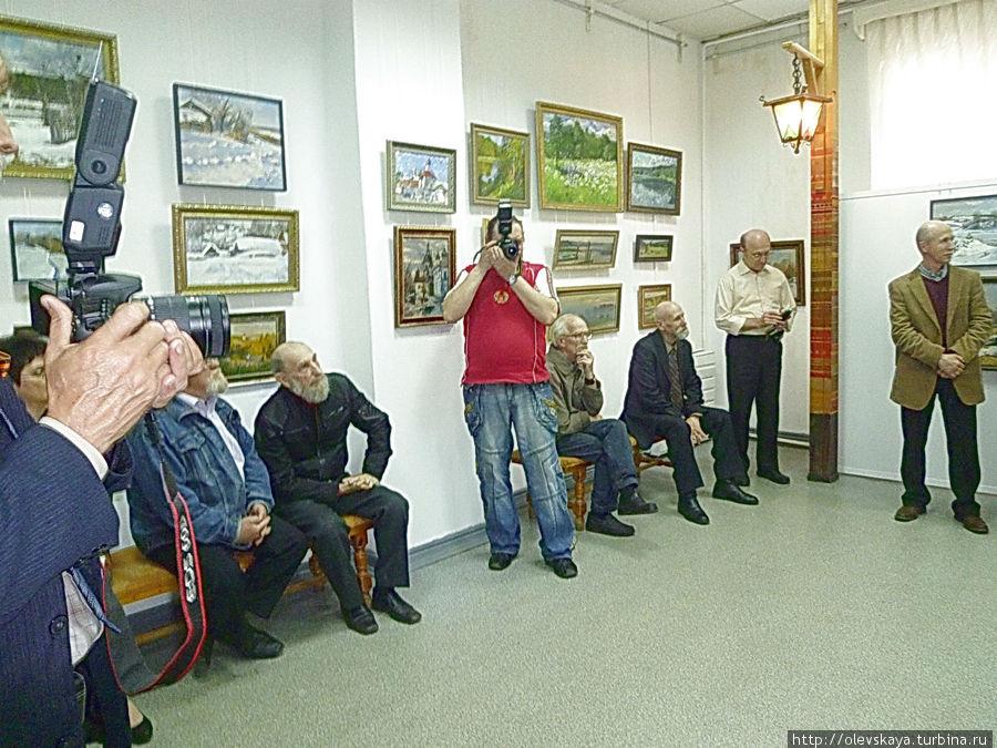 На открытии выставки московского художника И.Е. Базанова