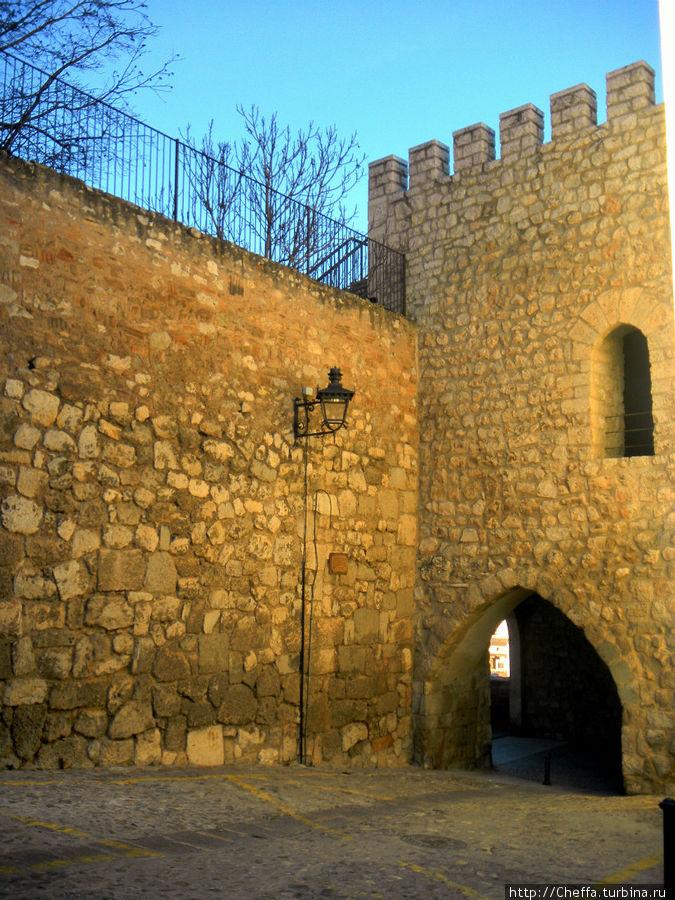 Одна из башен городской стены, проход через нее соединяет две тихие улицы