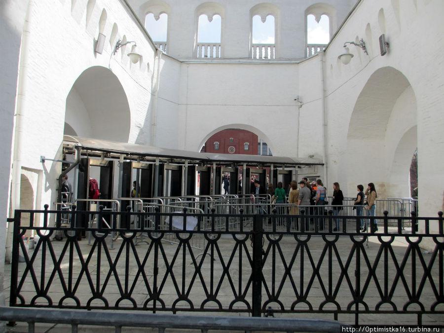 Вход в Кремль по билетам через Кутафью бвшню