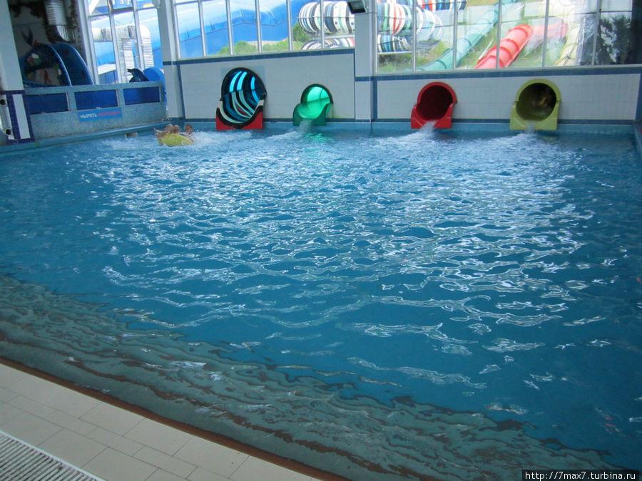 Спуск с горок в этот бассейн