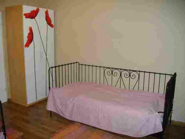 Спальня. Скромненько, но чистенько. Кровати сдвигаются, матрасы на удивление удобные.