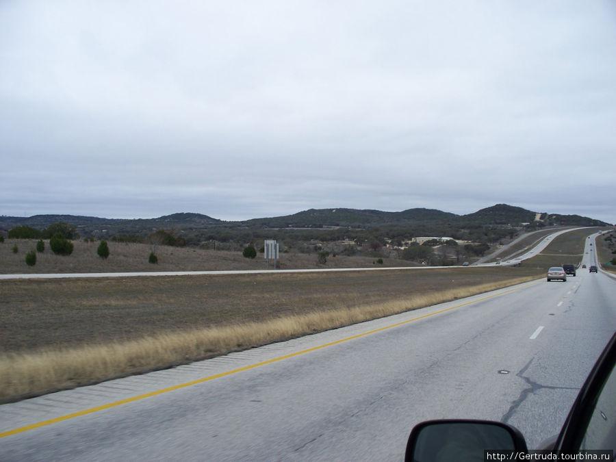 Проехали уже Сан Антонио, местность стала холмистой.