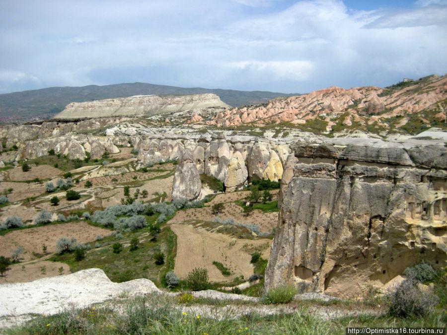 Вид с вершины скалы, в которой разместился заброшенный город