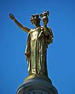 На вершине статуя