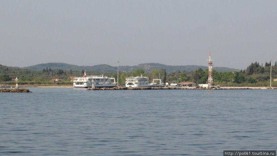 Плывем мимо восточных берегов Корфу — порт Лефкимми