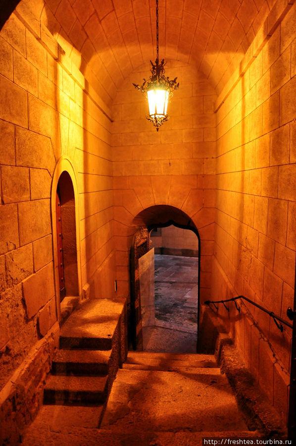 Переходы внутри замка более древние, чем отстроенный в 19-ом столетии фасад