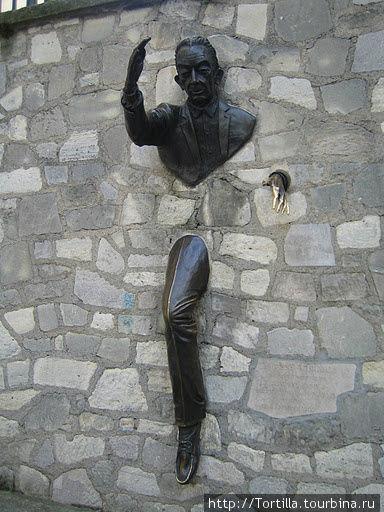 Париж. Человек застрявший в стене