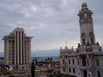 Слева башня Pemex — Petrolium Mexico — государственного монополиста в области добычи, переработки и продажи нефти. Редкое мексиканское здание, выше пары этажей.