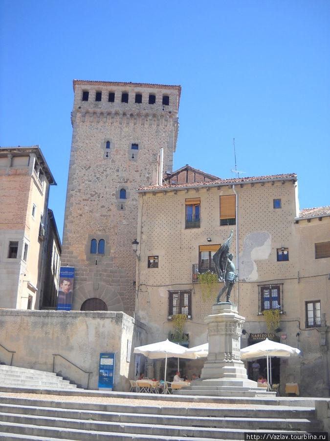 Монумент и площадь