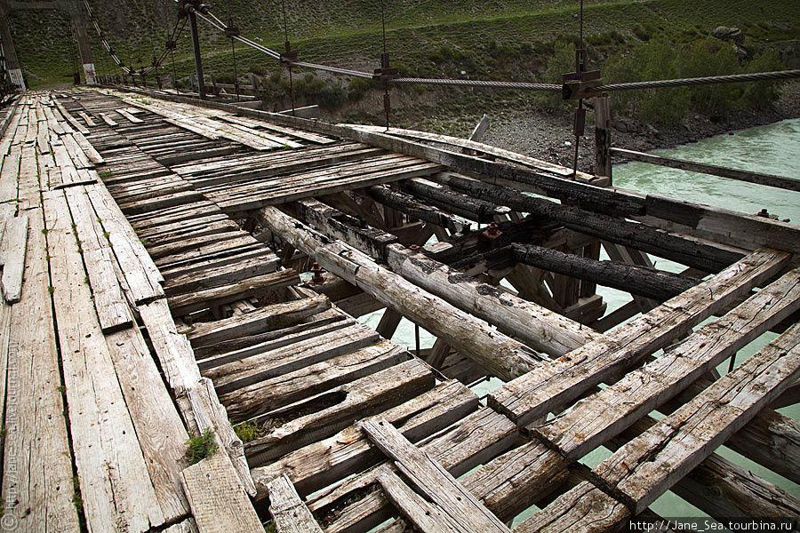 Мост рушится от времени, но некоторые несознательные товарищи активно помогают этому процессу.