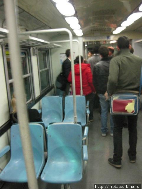 Внутри вагона. Свалка перед прибытием на станцию