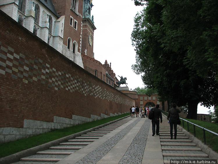Подъем к входу в замок