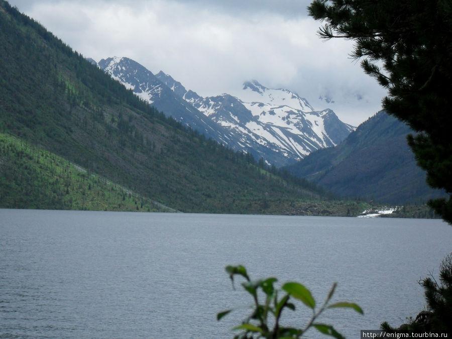 Вид с 1-го озера на окаймляющие его горы.