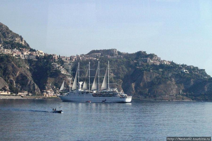 Утро. Бухта Наксос. Древние греки основали здесь первое поселение на Сицилии.
