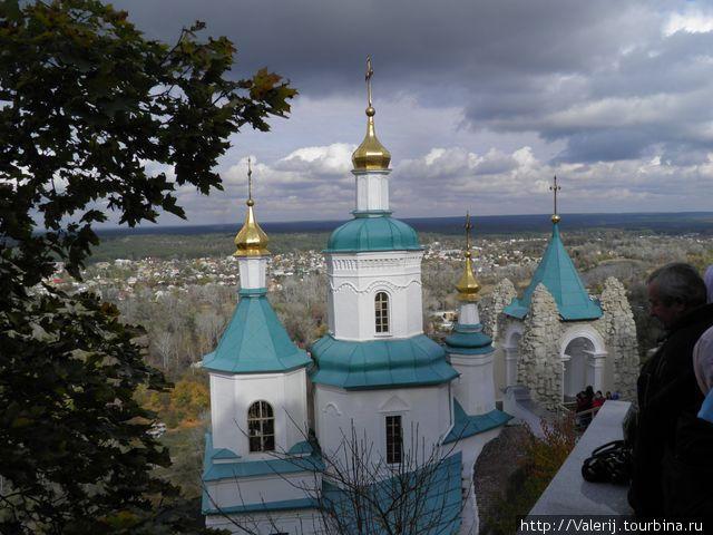 Мы у маковок Свято — Николаевского храма.