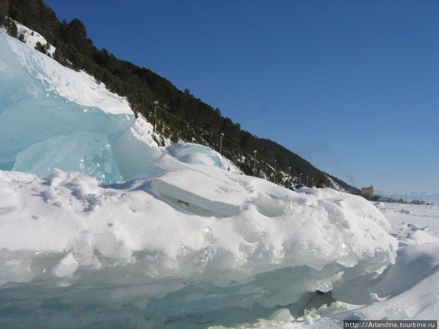 Голубой прозрачный лед вздымается по берегам — торосы байкальские.