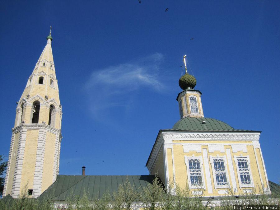Троицкая церковь устремилась в голубое июльское небо