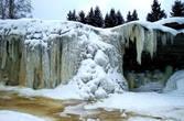 Особенно интересный и фантастичный вид водопад приобретает зимой, когда подморозит, когда застывшая во время морозов водная масса превращается в сверкающую ледяную стену с большими ледяными сосульками. (3 фото из Википедии).