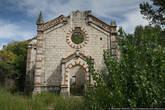 А вторая церковь и вовсе закрыта, видимо, давно.