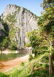 Скала над рекой Нам Оу