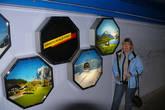 Я в тоннеле у рекламных картинок.