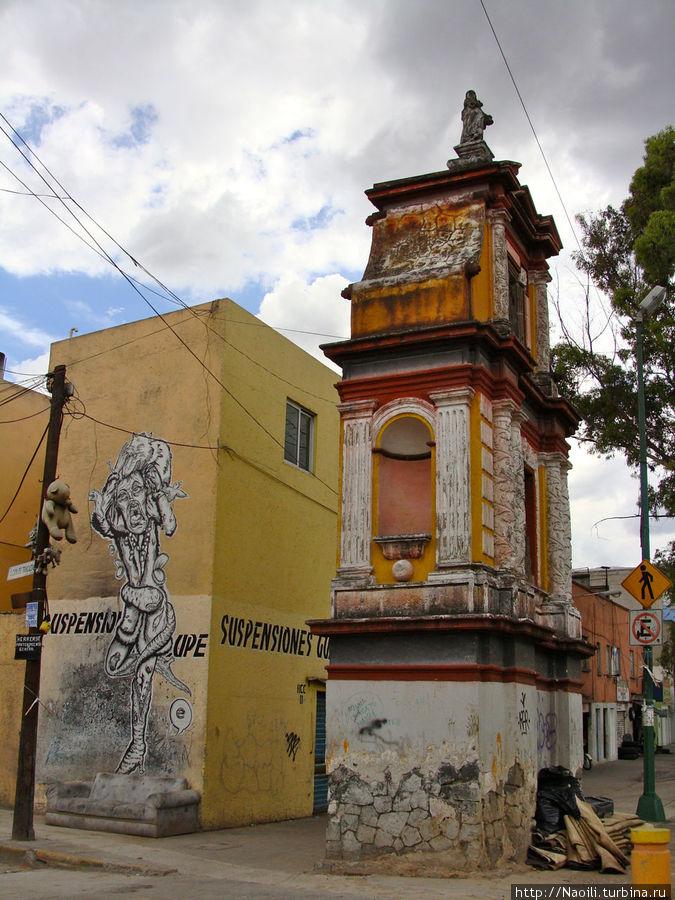 А это что за башенка на углу разрисованного дома? И почему похожие башенки встречаются каждые 200 метров?